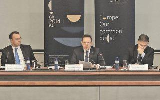 Συγκάτοικοι στο ίδιο υπουργείο αλλά ουσιαστικά ξένοι μεταξύ τους οι κ. Στουρνάρας, Μαυραγάνης και Σταϊκούρας.