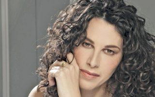 Σοφία Βέμπο, Μαρία Κάλλας, Νάνα Μούσχουρη· τώρα ήρθε η σειρά της Ελευθερίας Αρβανιτάκη να τραγουδήσει στο Κάρνεγκι Χολ της Νέας Υόρκης.