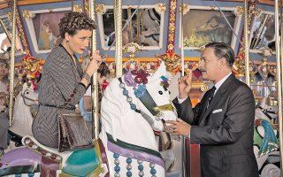 Ο Τομ Χανκς (Γουόλτ Ντίσνεϊ) και η Εμα Τόμσον (Π. Λ. Τρέιβερς) σε σκηνή από την ταινία «Η μαγική ομπρέλα» του Τζον Λι Χάνκοκ.