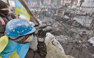 Σε θέση μάχης βρίσκονταν και χθες οι διαδηλωτές στο Κίεβο, αναμένοντας επέμβαση αστυνομικών στα οδοφράγματα. Τα οχυρωματικά έργα ενισχύθηκαν με κομμάτια πάγου, ενώ μεγάλες φωτιές βοηθούσαν τους διαδηλωτές να αντέξουν τις πολικές θερμοκρασίες.