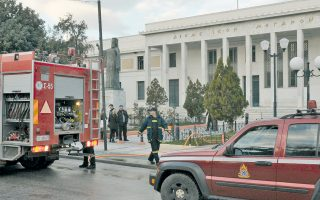 Ο δράστης παραβίασε το παράθυρο στο ισόγειο του δικαστικού μεγάρου Κορίνθου, μπήκε στο εσωτερικό του γραφείου, περιέλουσε τον χώρο με εύφλεκτο υγρό και έβαλε φωτιά. Η ανακρίτρια δεν χειρίζεται το τελευταίο διάστημα κάποια πολύκροτη δικαστική έρευνα.