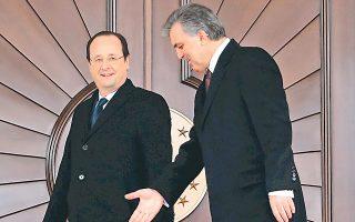 Ο πρόεδρος Γκιουλ καθοδηγεί τον Γάλλο ομόλογό του, Φρανσουά Ολάντ, ενόψει της επίσημης φωτογράφισής τους χθες στην Αγκυρα.