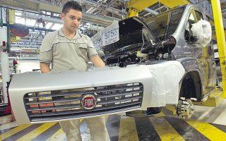 Η Fiat είναι στοιχείο της ιταλικής ταυτότητας κι αν η Ιταλία τη χάσει, θα υποστεί ένα ισχυρό πλήγμα. Είναι πιθανό κάτι τέτοιο να συμβεί αύριο, εάν επιβεβαιωθούν οι πληροφορίες ότι ο διευθύνων σύμβουλος του ομίλου Fiat - Chrysler θα ανακοινώσει τη μεταφορά της έδρας της αυτοκινητοβιομηχανίας στη Βρετανία και την εισαγωγή των μετοχών της στη Γουόλ Στριτ. Η Fiat είναι ήδη εισηγμένη στο Χρηματιστήριο του Μιλάνου, αλλά αυτό θα αποτελεί τη δευτερεύουσα αγορά για τον νεοπαγή όμιλο Fiat - Chrysler. Η φωτογραφία από εργοστάσιό της στην Ατέσα.