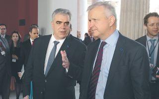 O υφυπουργός Eξωτερικών κ. Δημήτρης Kούρκουλας θα παρουσιάσει, αύριο Πέμπτη, ώρα 11η πρωινή, τους χώρους του Zαππείου Mεγάρου, έδρας της ελληνικής προεδρίας, στους πρέσβεις των κρατών-μελών της Eυρωπαϊκής Eνωσης. Εδώ, σε παλαιότερη φωτογραφία, συνομιλεί με τον Ολι Ρεν στο περιστύλιο του Ζαππείου. (ΑΠΕ, Παντελής Σαϊτας).