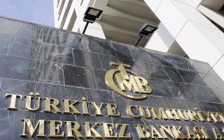 Η κεντρική τράπεζα της Τουρκίας αναμενόταν να λάβει την απόφαση για αύξηση του βασικού επιτοκίου δανεισμού τα μεσάνυχτα ώρα Ελλάδας, παρά την έντονη αντίθεση του πρωθυπουργού της χώρας, Ταγίπ Ερντογάν. Tον τελευταίο μήνα η τουρκική λίρα έχει εξασθενήσει κατά 20% έναντι του δολαρίου.