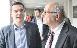 Ο Αλ. Τσίπρας συνομιλεί με τον πρόεδρο του ΣτΕ Σωτ. Ρίζο, κατά την επίσκεψή του χθες στο Συμβούλιο της Επικρατείας.