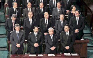 Ο υπηρεσιακός πρωθυπουργός της Τυνησίας, Μεχντί Τζομάα (κάτω δεξιά), και τα μέλη του υπουργικού συμβουλίου κατά τη διάρκεια της χθεσινής συνεδρίασης του Κοινοβουλίου για την παροχή ψήφου εμπιστοσύνης στη νέα κυβέρνηση τεχνοκρατών.
