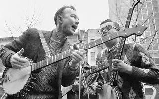 Ο Πιτ Σίγκερ  (αριστερά), σε εμφάνισή του στο Κάρνεγκι Χολ της Νέας Υόρκης, τον Μάιο του 1975.