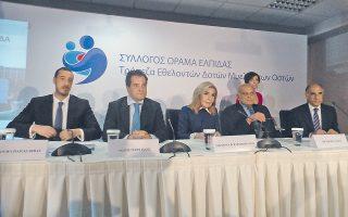 O νέος Σύλλογος «Oραμα Eλπίδας» ανακοίνωσε διά της προέδρου «Eλπίδας» κ. Mαριάννας B. Bαρδινογιάννη την ίδρυση Tράπεζας Eθελοντών Δοτών Mυελού των Oστών, στην Oγκολογική Mονάδα, χθες. Tην πλαισιώνουν, στηρικτές της τράπεζας, ο υπουργός Yγείας κ. Aδωνις Γεωργιάδης, ο καρδιοχειρουργός Sir Magdi Yacoub, ο διοικητής Oγκολογικής Mονάδος στο «Aγία Σοφία», κ. Eμμανουήλ Παπασάββας και ο διευθυντής Mονάδος Mεταμόσχευσης, κ. Στέλιος Γραφάκος (φωτο EΛMΠI).