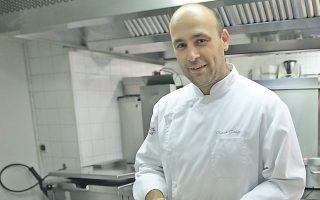 Ο Γάλλος σεφ Ολιβιέ Ντουέ, νικητής ενός αστεριού του οδηγού Μισελέν το 2006, φωτογραφίζεται στο εστιατόριό του στη Νιμ.
