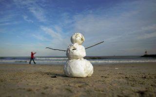 Παραθαλάσσιος χιονάνθρωπος Δεν λέει να τους ξεχάσει το κρύο και το χιόνι στις ΗΠΑ. Νέο κύμα κακοκαιρίας πλήττει για άλλη μια φορά την χώρα με τους κατοίκους όμως να το αντιμετωπίζουν με χιούμορ. Όπως τους επισκέπτες της παραλίας Virginia, που την στόλισαν με χιονάνθρωπους. (AP Photo/The Virginian-Pilot, L. Todd Spencer)