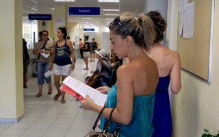 Πολίτες περιμένουν να εξυπηρετηθούν σε υποκατάστημα του ΟΑΕΔ στην Αθήνα, Παρασκευή 09 Αυγούστου 2013. Στο επίπεδο του 27,6% ανήλθε η ανεργία τον Μάιο του 2013, έναντι 23,8% τον Μάιο του 2012 και 27,0% τον Απρίλιο του 2013, ανακοίνωσε χθες η Ελληνική Στατιστική Αρχή (ΕΛΣΤΑΤ). Σύμφωνα με την ίδια ανακοίνωση, οι άνεργοι ανήλθαν σε 1.381.088 άτομα, ενώ ο οικονομικά µη ενεργός πληθυσμός ανήλθε σε 3.318.671 άτομα. ΑΠΕ-ΜΠΕ/ΑΠΕ-ΜΠΕ/ΣΥΜΕΛΑ ΠΑΝΤΖΑΡΤΖΗ
