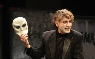 Ο Αιμίλιος Χειλάκης ερμηνεύει όλους τους ρόλους του «Αμλετ» μόνος του στη σκηνή, σε μια παράσταση που σκηνοθετεί μαζί με τον Μανώλη Δούνια.