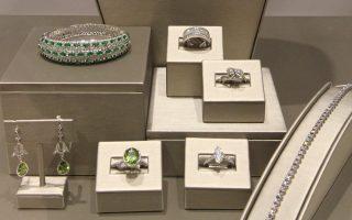 Πανάκριβα κοσμήματα, με βαρύτιμους πολύτιμους λίθους, δίνονται ως ενέχυρο στον οίκο Σάτονς & Ρόμπερτσονς, που λειτουργεί από το 1770.