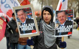 «Παρ' όλα τα στραβά του και τις απολυταρχικές τάσεις του, ο Ταγίπ Ερντογάν αντλεί την εξουσία του από την κάλπη», υπογραμμίζουν πολιτικοί αναλυτές, τονίζοντας: «Αν υπερισχύσει ο Ερντογάν, η Τουρκία μπορεί να γίνει φυσιολογική χώρα».