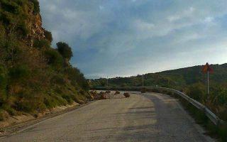 Από την Αστυνομική Διεύθυνση Κεφαλονιάς, αναφέρθηκαν κατολισθήσεις βράχων με αποτέλεσμα να έχουν αποκλειστεί ορισμένοι δρόμοι στα βόρεια του νησιού (Photo: ΑΠΕ-ΜΠΕ/ΝΕΑ ΤΗΣ ΚΕΦΑΛΟΝΙΑΣ/STR)