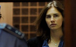 (FILES) This file picture taken on September 30, 2011 shows Amanda Knox (R), US national accused of the 2007 murder of her housemate Meredith Kercher arriving at the court during the resumption of her appeal trial in Perugia. An Italian court on January 30, 2014 convicted US Amanda Knox and her former Italian boyfriend Raffaele Sollecito for a second time for the murder of a British student in Perugia in 2007. The court sentenced Knox to 28 years and six months in prison and Sollecito to 25 years.  AFP PHOTO / TIZIANA FABI