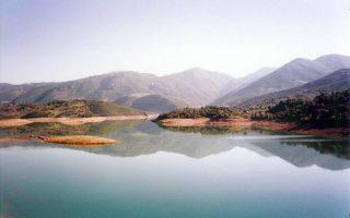 chiliades-nekra-psaria-sti-limni-ladona0