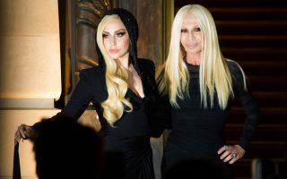 Η Lady Gaga με τη Ντονατέλα Βερσάτσε στην επίδειξη του Atelier Versace.