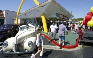 Καλιφόρνια, 18 Αυγούστου 2003. Το παλαιότερο εν λειτουργία σήμερα εστιατόριο McDonald's υποδέχεται τους πελάτες του κατά την 50ή του επέτειο με τιμές χαμηλωμένες για την ημέρα ώστε να έλθουν στα επίπεδα του 1953. Η κουλτούρα των McDonald's δεν προάγει μόνο το τυποποιημένο και φτηνό φαγητό. Ταυτόχρονα σηματοδοτεί τη δημιουργία ενός κοινωνικού χώρου που θα άρει τις ταξικές, ηλικιακές, φυλετικές ή άλλες διακρίσεις.