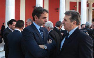 Οι υπουργοί Διοικητικής Μεταρρύθμισης Κυριάκος Μητσοτάκης (Α) και Μεταφορών Μιχάλης Χρυσοχοΐδης (Δ) συνομιλούν στο περιστύλιο του Ζαππείου (Photo: ΑΠΕ-ΜΠΕ/ΠΑΝΤΕΛΗΣ ΣΑΙΤΑΣ).
