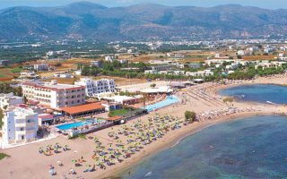 To Fedra Beach, δυναμικότητας 250 δωματίων, στο οποίο πραγματοποιείται ανακαίνιση με στόχο ολοκλήρωσης πριν από την έναρξη της σεζόν, θα μετονομασθεί σε Karolina Mare.