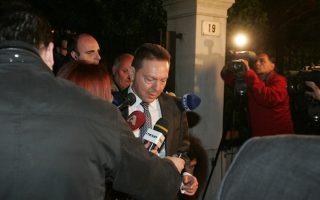 Ο ΥΠΟΙΚ Γιάννης Στουρνάρας κατά την αποχώρησή του από το Μέγαρο Μαξίμου μετά το πέρας της  συνάντησης του πρωθυπουργού Αντώνη Σαμαρά, με τον πρόεδρο της ΔΗΜΑΡ Φώτη Κουβέλη  και τον πρόεδρο του ΠΑΣΟΚ Ευάγγελο Βενιζέλο ενόψει της άφιξης της Τρόϊκα στην Αθήνα αύριο, Τετάρτη 3 Απριλίου 2013. ΑΠΕ - ΜΠΕ/ΑΠΕ - ΜΠΕ/Αλέξανδρος Μπελτές