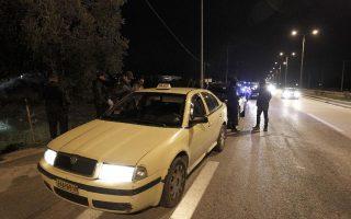 Αστυνομικοί ερευνούν το Ταξί στο οποίο συνελήφθη ο δεύτερος δράστης της απαγωγής.