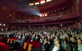 Μπροστά σε μια μεγάλη αλλαγή για τα ήθη της κινηματογραφικής θέασης στην Ελλάδα; Η αλήθεια είναι πως η νέα τεχνολογία επιτρέπει το διάλειμμα, αρκεί να το επιθυμεί ο αιθουσάρχης. Το μεγαλύτερο εμπόδιο για τη διάδοση των ψηφιακών μηχανών στις μεμονωμένες αίθουσες είναι, προς το παρόν, η οικονομική κρίση.