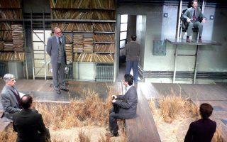 Μια σκηνή από το «Θερμοκήπιο» του Πίντερ στο Θέατρο της Οδού Κυκλάδων. Ο νέος σχεδιασμός υπόσχεται εξίσου σοβαρές προτάσεις.
