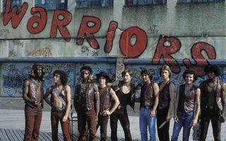 Σκηνή από την ταινία - θρύλο της δεκαετίας του '70 «Warriors» (1979), εμπνευσμένη από το «Κύρου Ανάβασις» του Ξενοφώντα: μια συμμορία της Νέας Υόρκης, αποκομμένη σε εχθρική γειτονιά, πρέπει να ξεπεράσει μύρια εμπόδια για να φτάσει σώα και ασφαλής στη βάση της, στο Κόνεϊ Αϊλαντ, δηλαδή στη θάλασσα.