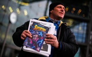Ανεργος στο Βερολίνο πουλάει εφημερίδα για άστεγους μαζί με το κόμικ Superhobo, που αφηγείται την ιστορία ενός αξύριστου, βρώμικου, μέθυσου...υπερήρωα.