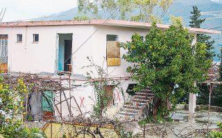 Σπίτι που έχει χαρακτηριστεί μη κατοικήσιμο στην Κεφαλονιά. Στα πλοία μένουν πλέον λιγότερα από 1.000 άτομα, σύμφωνα με τον δήμαρχο του νησιού.