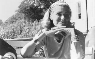 Το βραχιόλι που φοράει στο δεξί της χέρι τής το είχε προσφέρει ο Κάρολος Κουν ως αμοιβή για την ερμηνεία της στον ρόλο της Αλεξάνδρας ντελ Λάγκο, στο «Γλυκό πουλί της νιότης» του Τένεσι Ουίλιαμς, που ανέβασε το Θέατρο Τέχνης το 1960.