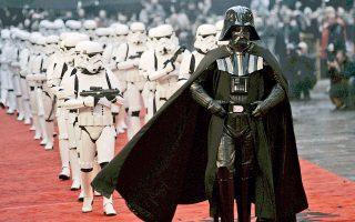 Ο Darth Vader και οι storm troopers, από τους πιο δημοφιλείς χαρακτήρες του «Πολέμου των Αστρων», παρελαύνουν στη Λέστερ Σκουέαρ στο κέντρο του Λονδίνου σε μια εκδήλωση το 2005. Τον Δεκέμβριο του 2015 ο «Πόλεμος των Αστρων» επιστρέφει με μία ακόμη τριλογία.