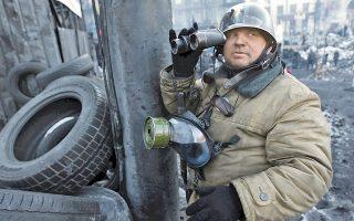 Κιάλια αντίκες, κράνος Σοβιετικού αλεξιπτωτιστή, μάσκα αερίων και πτυοσκάπανο περιλαμβάνει ο εξοπλισμός του διαδηλωτή αυτού, σε οδόφραγμα του Κιέβου.