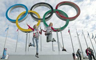 Δύο Ρωσίδες σε χορευτική φιγούρα στο Ολυμπιακό Πάρκο του Σότσι, όπου αρχίζουν αύριο οι Χειμερινοί Ολυμπιακοί Αγώνες, υπό δρακόντεια μέτρα ασφαλείας.