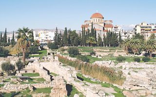 O Κεραμεικός χωρίστηκε στα δύο με την ανέγερση του Θεμιστόκλειου Τείχους.