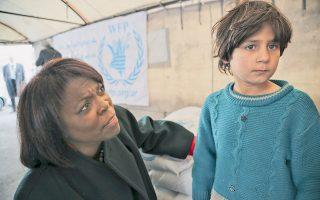 Η επικεφαλής του Παγκόσμιου Ταμείου Τροφίμων του ΟΗΕ, Ερθαριν Κάζιν, σε επίσκεψή της σε καταυλισμό Σύρων προσφύγων στη Δαμασκό, στις 9 Ιανουαρίου.