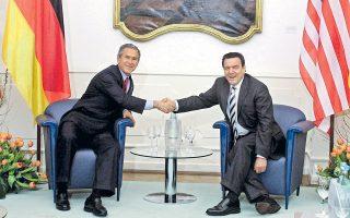 Ο Τζορτζ Μπους με τον Γκέρχαρντ Σρέντερ, στο Μάιντς της Γερμανίας, τον Φεβρουάριο του 2005. Η αντίθεση του τότε Γερμανού καγκελάριου στον πόλεμο των ΗΠΑ εναντίον του Ιράκ τον κατέταξε στη «μαύρη λίστα» του NSA.