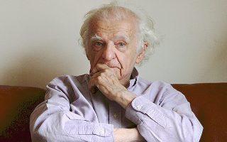 Ο Γάλλος ποιητής Υβ Μπονφουά δίνει συνέντευξη στο περιοδικό «Φρέαρ».