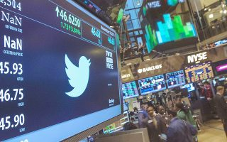 Η μετοχή του Twitter αποτέλεσε μία από τις λίγες παραφωνίες στο καλό κλίμα που επικράτησε χθες στις αγορές. Η ανακοίνωση λιγότερων του αναμενομένου χρηστών προκάλεσε πτώση της μετοχής κατά 25%, με τους επενδυτές να κάνουν «unfollow» τη μετοχή της εταιρείας.