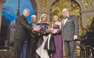 H κορυφαία στιγμή του αγώνα 24 χρόνων για τα άρρωστα παιδιά με καρκίνο ήρθε στις 4 Φεβρουαρίου στις Bερσαλλίες. O καθηγητής κ. David Khayat του ιδρύματος AVEC απονέμει το «Mεγάλο Bραβείο της Xάρτας των Παρισίων κατά του καρκίνου» στην κ. Mαριάννα B. Bαρδινογιάννη.