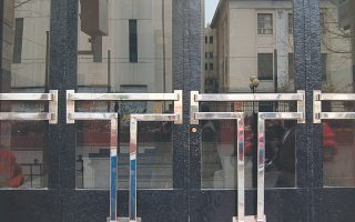 Στην Πατησίων, με πυκνότητα κτιρίων του '30, το κτίριο της ΑΣΟΕΕ διακρίνεται εξ αντανακλάσεως.