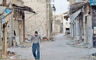 Ανάπηρος άνδρας περπατά σε βομβαρδισμένο δρόμο της Χομς την περασμένη εβδομάδα. Συμφωνία παροχής ανθρωπιστικής βοήθειας και απομάκρυνσης αμάχων επιτεύχθηκε χάρη στον ΟΗΕ.