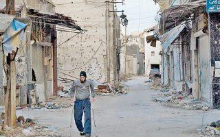 Ξεκίνησε την Παρασκευή η απομάκρυνση πολιτών που παρέμεναν επί ενάμιση και πλέον χρόνο εγκλωβισμένοι στις πολιορκημένες συνοικίες της πόλης Χομς, στην κεντρική Συρία.