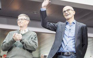 Ο Σάτια Ναντέλα, ο Σαντάνου Ναράγεν της Adobe και ο Πρεμ Βάτσα της Fairfax Financial φοίτησαν στο ίδιο δημόσιο σχολείο της πόλης Ιντεραμπάντ, η οποία γνώρισε θεαματική τεχνολογική ανάπτυξη και στην οποία εγκαταστάθηκε το πρώτο αναπτυξιακό κέντρο της Microsoft εκτός ΗΠΑ. Στη φωτογραφία, ο νέος επικεφαλής της Microsoft με τον ιδρυτή της εταιρείας, Μπιλ Γκέιτς.