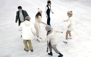 Σκηνή από το έργο του Νορβηγού συγγραφέα Γιον Φόσσε «Παραλλαγές θανάτου», σε σκηνοθεσία Γιάννη Χουβαρδά, στο θέατρο Πορεία.