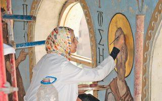 Αιγύπτια συντηρήτρια διορθώνει φθορές από τις τοιχογραφίες του ναού του Αγίου Γεωργίου στο Κάιρο. Από τα σημαντικότερα μνημεία της χριστιανοσύνης στην Αφρική, βρίσκεται δίπλα στο ελληνορθόδοξο νεκροταφείο της Αιγύπτου και δέχεται τις φροντίδες ειδικών.