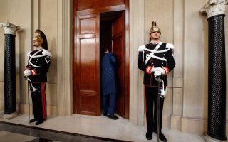 Κύριε Ρέντσι είστε έτοιμος;  Ένας υπάλληλος της Ιταλικής Προεδρίας ελέγχει αν τελείωσε η συνάντηση μεταξύ του Προέδρου Τζόρτζιο Ναπολιτάνο και του 39χρονου δημάρχου της Φλωρεντίας. Την εντολή σχηματισμού κυβέρνησης που του ανέθεσε ο Πρόεδρος, ανακοίνωσε σε συνέντευξη τύπου ο Ματέο Ρέντσι, ότι την αποδέχτηκε. REUTERS/Tony Gentile